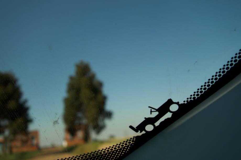 No detalhe, o Jeep Willys desbravando o Paraná