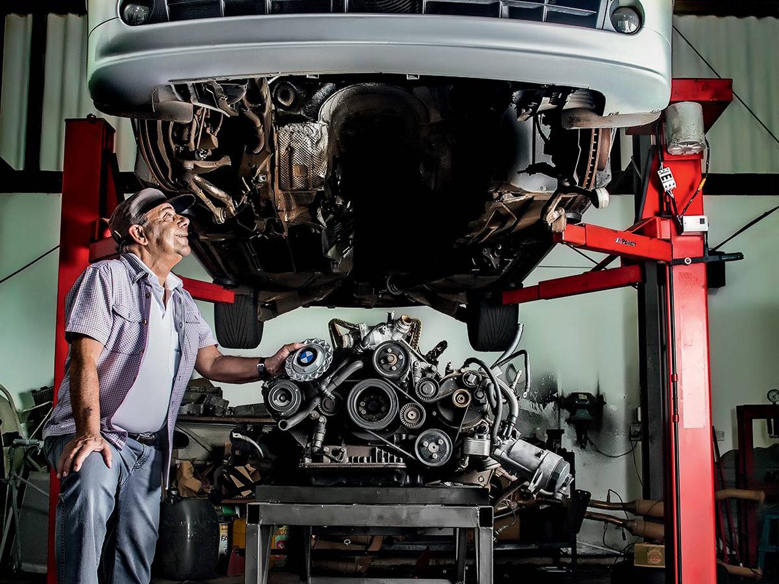 Foto de um mecânico