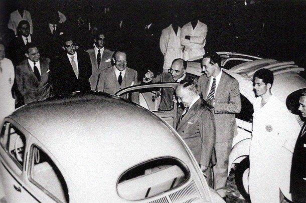 Lúcio Meira e Getúlio Vargas diante do Volkswagen Sedan em 1953