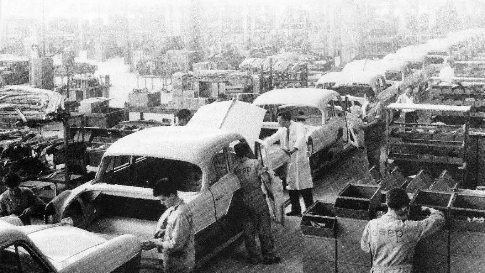Linha de montagem do Aero Willys no Brasil