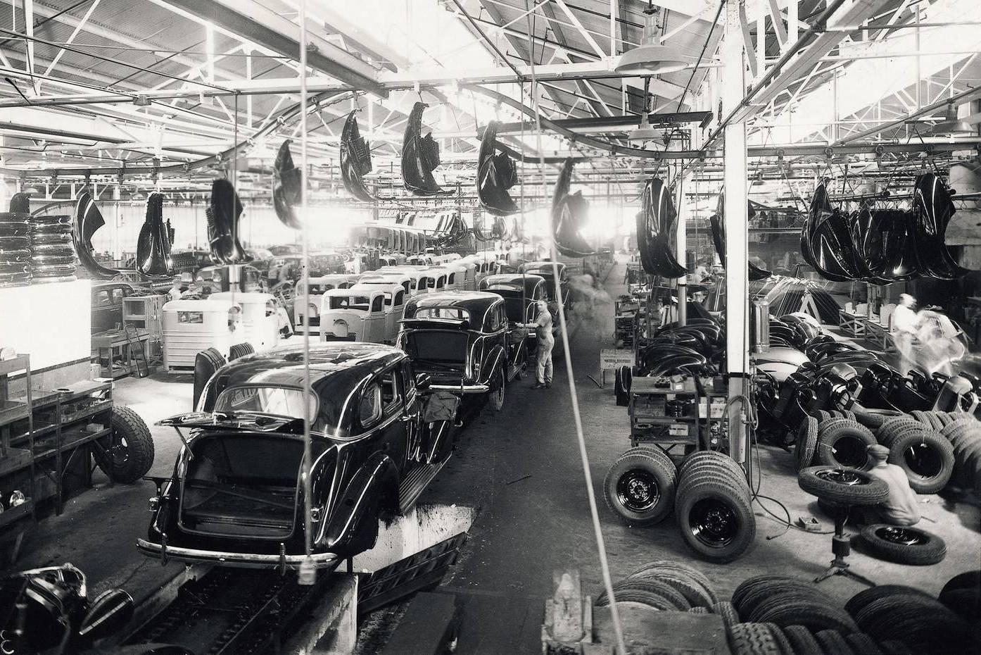 Linha de montagem da General Motors na década de 1930