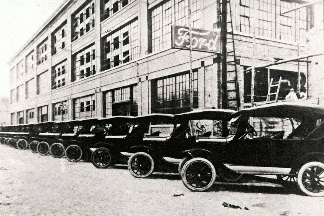 Modelos Ford T em frente ? linha de montagem da marca no Brasil, inaugurada em 1921