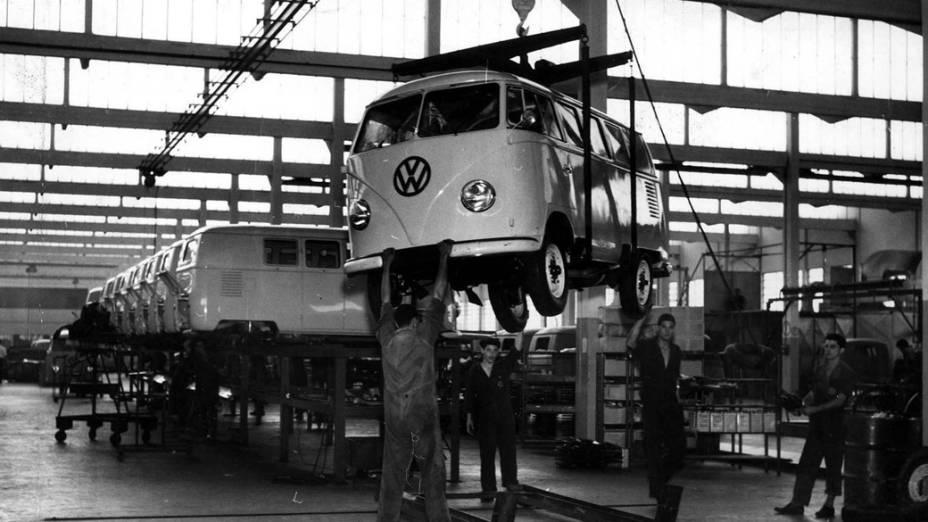 Linha de montagem da Kombi na Volkswagen, em 1958