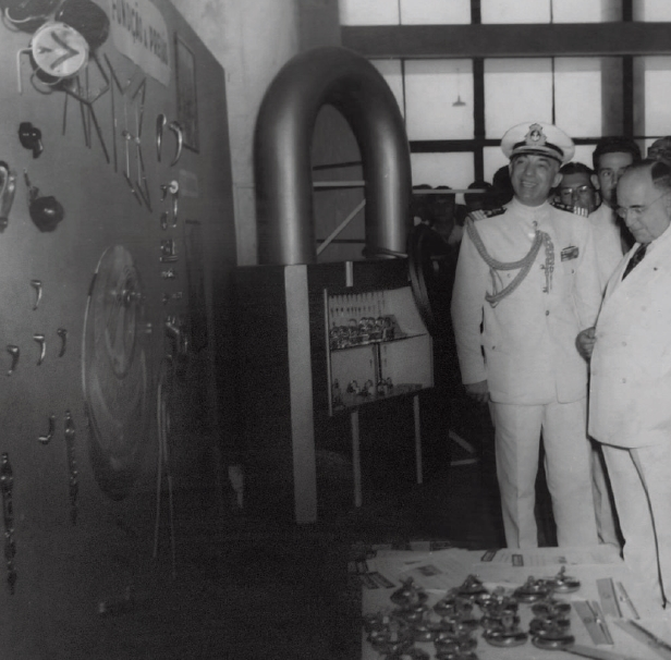 Lúcio Meira (de farda) e Getúlio Vargas, na primeira Mostra Nacional de Autopeças, no Rio de Janeiro