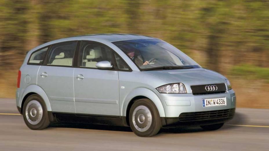 Audi A2: fabricado de 1999 a 2005, o monovolume concorria com o Mercedes-Benz Classe A e foi o primeiro carro da Audi com carroceria de alumínio depois do luxuoso A8