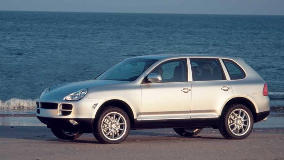 Porsche Cayenne: responsável pela entrada de marcas esportivas no segmento de SUVs, a Cayenne compartilha plataforma e algumas peças com o VW Touareg desde 2002