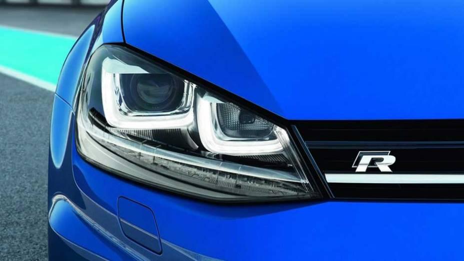 """Os faróis com LEDs são inteligentes, controlando a iluminação para não ofuscar outros motoristas, por exemplo   <a href=""""http://quatrorodas.abril.com.br/saloes/frankfurt/2013/volkswagen-golf-r-752207.shtml"""" rel=""""migration"""">Leia mais</a>"""