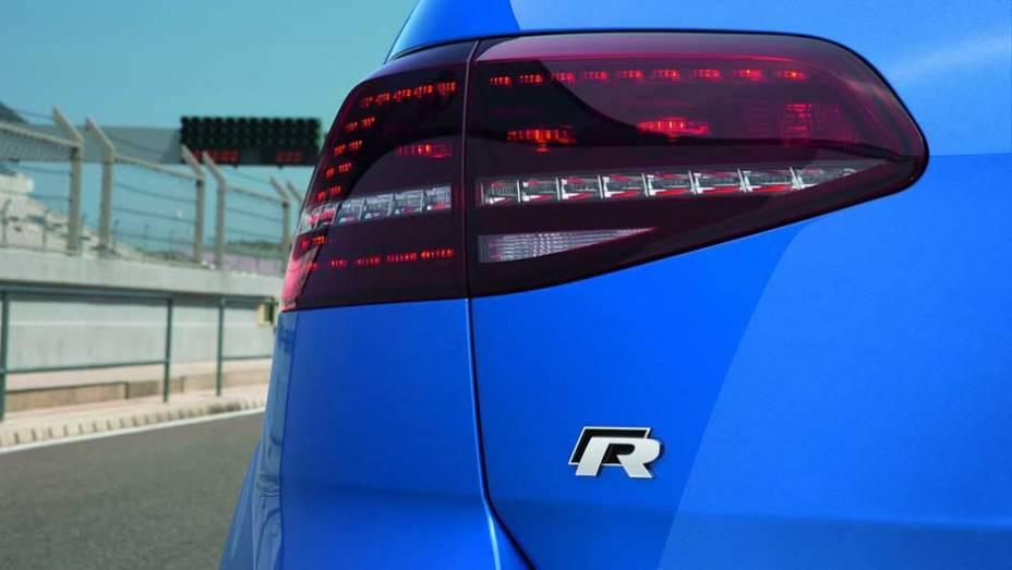 """O Golf R é um dos modelos preparados pela Volkswagen R GmbH, divisão de alto desempenho e acessórios da marca   <a href=""""http://quatrorodas.abril.com.br/saloes/frankfurt/2013/volkswagen-golf-r-752207.shtml"""" rel=""""migration"""">Leia mais</a>"""
