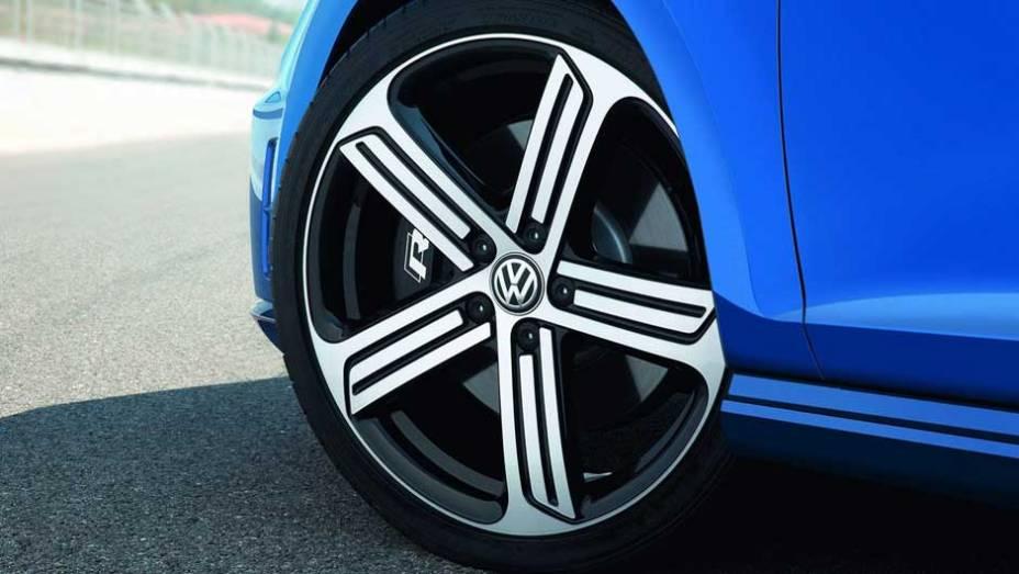 """As belas rodas de liga leve são de 18 polegadas, mas podem ser trocadas por um conjunto aro 19   <a href=""""http://quatrorodas.abril.com.br/saloes/frankfurt/2013/volkswagen-golf-r-752207.shtml"""" rel=""""migration"""">Leia mais</a>"""