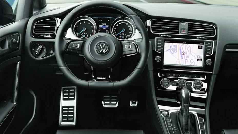 """Interior tem volante com base achatada e apliques de alumínio   <a href=""""http://quatrorodas.abril.com.br/saloes/frankfurt/2013/volkswagen-golf-r-752207.shtml"""" rel=""""migration"""">Leia mais</a>"""