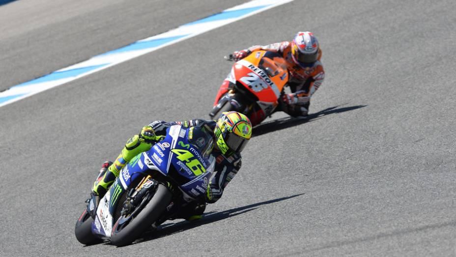 """Pedrosa acompanhando Rossi.   <a href=""""http://quatrorodas.abril.com.br/moto/noticias/quatro-vezes-marquez-781513.shtml"""" rel=""""migration"""">Leia mais</a>"""