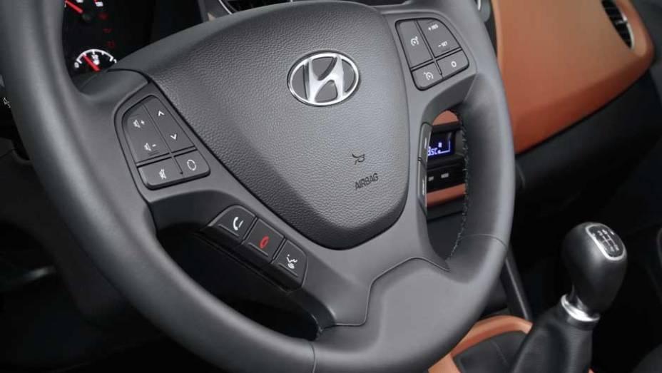 """Volante multifuncional agrupa comandos de som, Bluetooth e piloto automático   <a href=""""http://quatrorodas.abril.com.br/saloes/frankfurt/2013/hyundai-i10-753181.shtml"""" rel=""""migration"""">Leia mais</a>"""