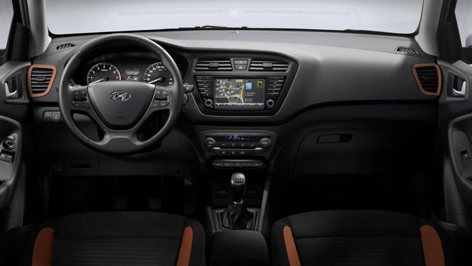 O interior pode ser encomendado com detalhes em laranja; o i20 Coupé chega às ruas entre março e abril