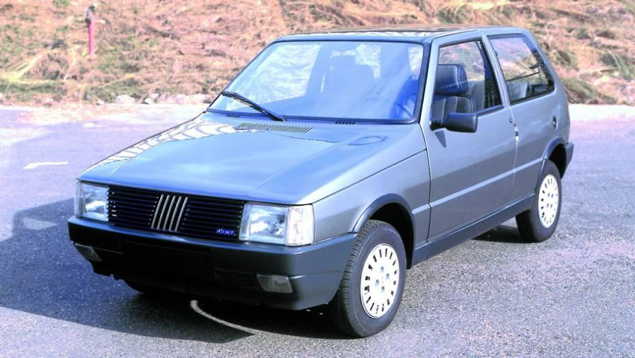 1984 - Dezoito meses após ser lançado na Itália, o substituto do 147 chega ao Brasil com motores 1.0 e 1.3. Disponível apenas com carroceria de três portas, vem nas versões S e CS