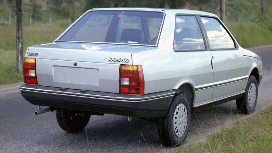 1985 - Primeira derivação de carroceria do Uno, o Prêmio é exclusividade nacional para aposentar o Oggi. Além do amplo porta-malas de 444 litros, o sedã de duas portas estreia o motor 1.5