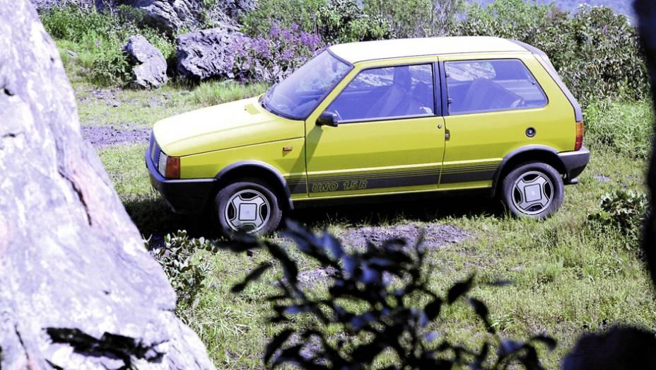 1987 - Com faixas laterais e tampa do porta-malas negra com aerofólio, o Uno 1.5R traz rodas de liga, amortecedores pressurizados e o motor do Prêmio de 71 cv trabalhado para render 85 cv