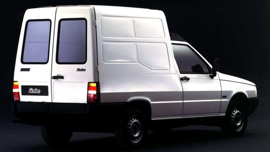 1988 - Além da picape, o Uno também serve de base para a nova Fiorino Furgão 1.3, com 2700 litros de capacidade volumétrica ou 540 kg de peso