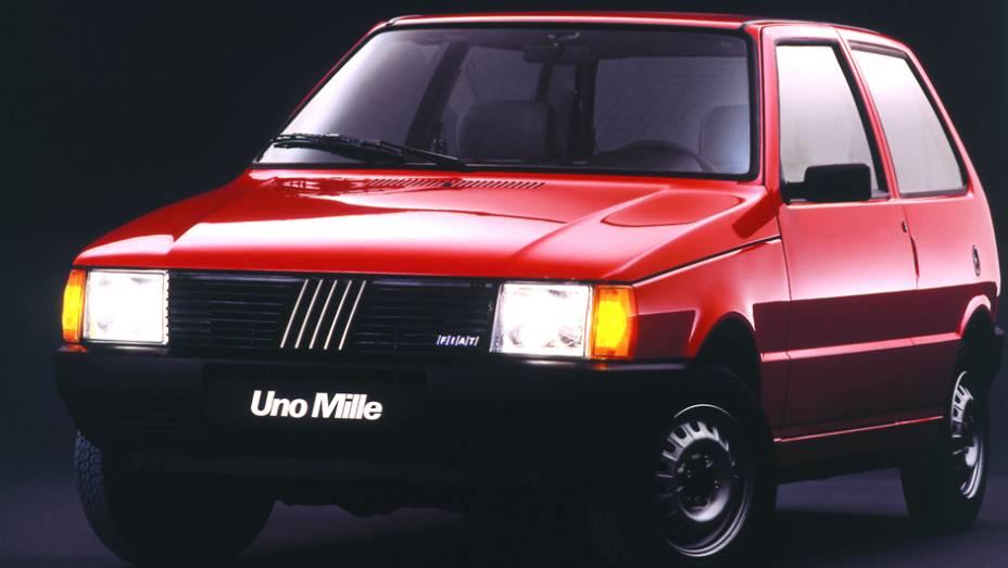 1990 - Com motor de 994,4 cm e acabamento espartano, o Uno Mille se torna fenômeno de vendas ao se beneficiar do IPI reduzido para carros com motores de até 1.0 litro