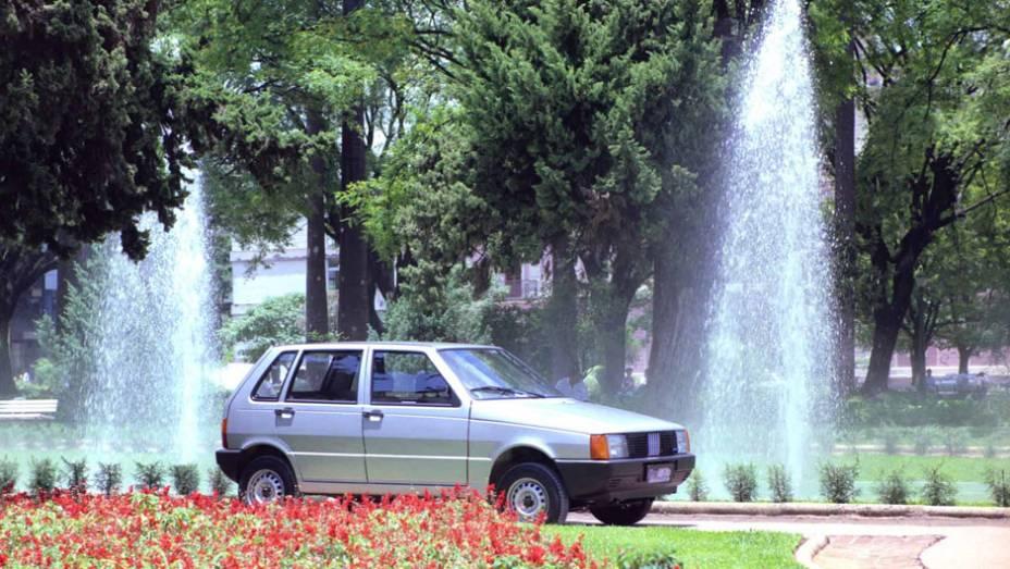 1992 - O Mille Electronic introduz ignição eletrônica mapeada, que ajuda na eficiência do motor, sem aumentar o consumo, e a versão de cinco portas do Uno