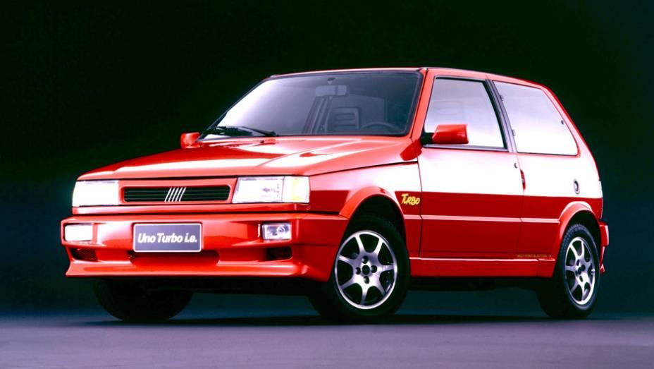 1994 - Equipado com o primeiro motor turbinado de série no Brasil (um 1.4 italiano de 116 cv), o Uno Turbo chega a 195 km/h.O Mille ELXtraz ar condicionado opcional, outro pioneirismo
