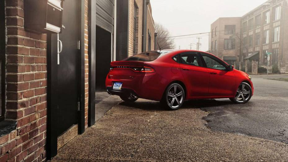 """Com sangue italiano, o Dart é fruto do casamento entre Fiat e Chrysler   <a href=""""http://quatrorodas.abril.com.br/reportagens/salao/dodge-dart-662260.shtml"""" rel=""""migration"""">Leia mais</a>"""