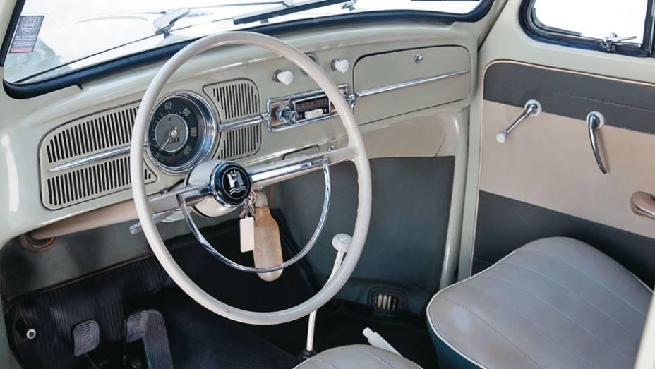 Apertado, o interior tinha só o essencial para quem precisava dirigir um automóvel