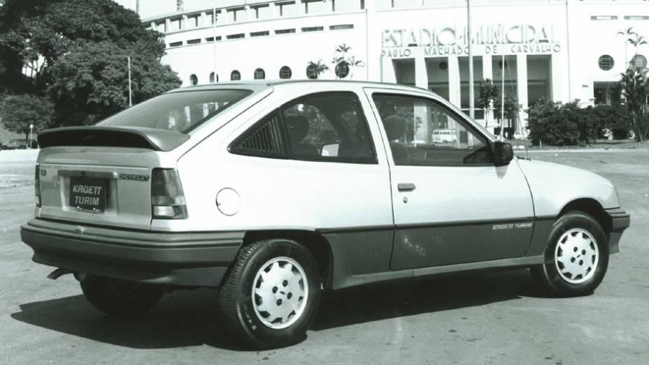Chevrolet Kadett Turim (1990): a ausência de uma versão comemorativa na Copa de 1986 foi compensada por este Kadett, que deu um tempero mais esportivo ao carro com os apliques laterais em preto fosco e os bancos Recaro