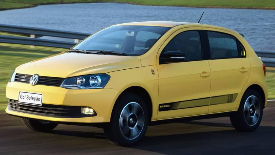 VW Gol, Voyage e Fox Seleção (2014): agora mais democrática, a série tem motores 1.0 e 1.6 e câmbios manual ou automatizado; por dentro, há bancos com revestimento inspirado nos gomos de uma bola e detalhes em amarelo