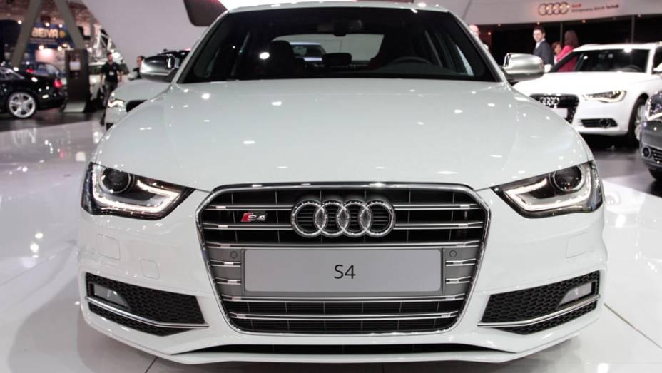 """S4 vem com câmbio automático de sete velocidades <a href=""""http://quatrorodas.abril.com.br/salao-do-automovel/2012/carros/s4-s4-avant-704307.shtml"""" rel=""""migration"""">Leia mais</a>"""