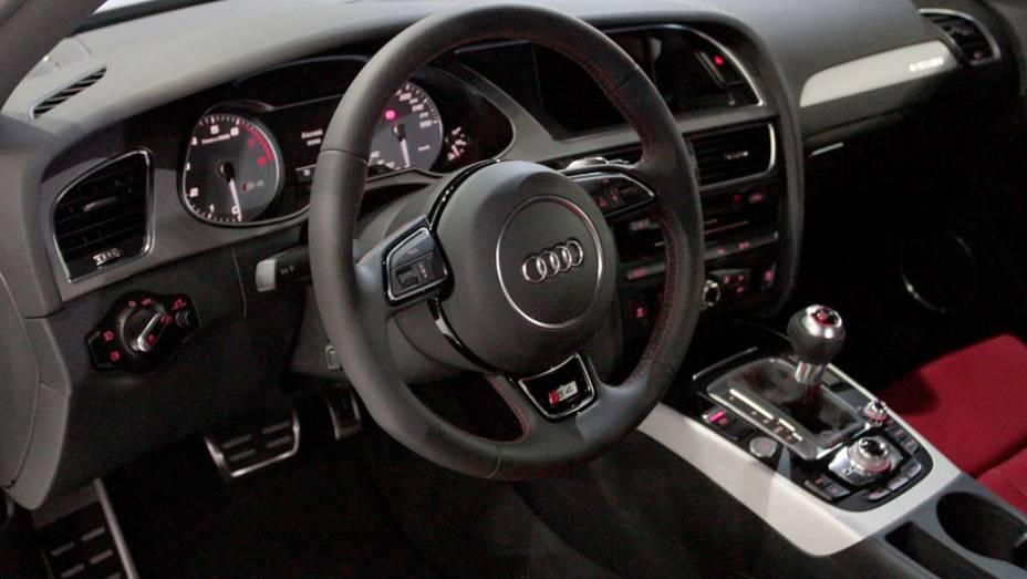 """Modelo conta com o Audi Music Interface <a href=""""http://quatrorodas.abril.com.br/salao-do-automovel/2012/carros/s4-s4-avant-704307.shtml"""" rel=""""migration"""">Leia mais</a>"""