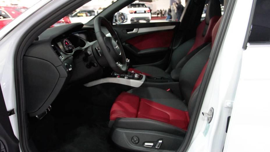 """Cinto de segurança possui sensor de afivelamento <a href=""""http://quatrorodas.abril.com.br/salao-do-automovel/2012/carros/s4-s4-avant-704307.shtml"""" rel=""""migration"""">Leia mais</a>"""