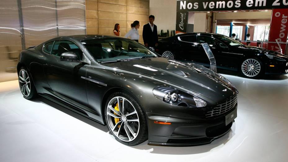 """Modelo possui mesma cor e configuração que o utilizado por James Bond <a href=""""http://quatrorodas.abril.com.br/salao-do-automovel/2012/carros/aston-martin-dbs-710833.shtml"""" rel=""""migration"""">Leia mais</a>"""