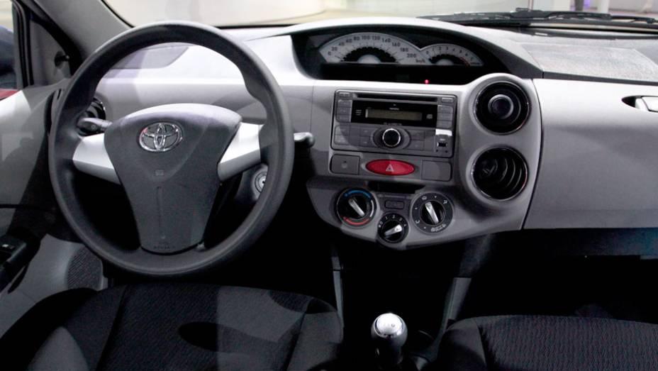 """Modelo tem bancos de tecido reguláveis manualmente, ar-condicionado regulável, rádio com CD-Player e entrada USB <a href=""""http://quatrorodas.abril.com.br/salao-do-automovel/2012/carros/toyota-etios-703992.shtml"""" rel=""""migration"""">Leia mais</a>"""