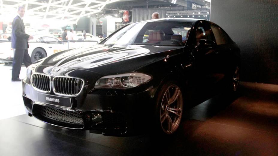 """Um sedã de luxo com uma configuração de motor e suspensões que é digna de carros de competição   <a href=""""http://quatrorodas.abril.com.br/salao-do-automovel/2012/carros/m5-710905.shtml"""" rel=""""migration"""">Leia mais</a>"""
