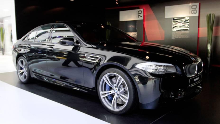 """Este é o M5, um dos carros expostos pela BMW no Salão do Automóvel de São Paulo   <a href=""""http://quatrorodas.abril.com.br/salao-do-automovel/2012/carros/m5-710905.shtml"""" rel=""""migration"""">Leia mais</a>"""