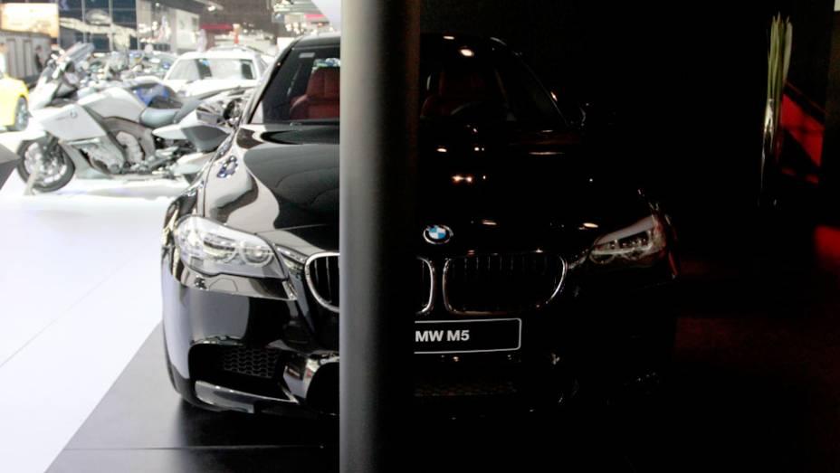 """De acordo com a marca, o modelo inspira uma paixão por alto desempenho   <a href=""""http://quatrorodas.abril.com.br/salao-do-automovel/2012/carros/m5-710905.shtml"""" rel=""""migration"""">Leia mais</a>"""