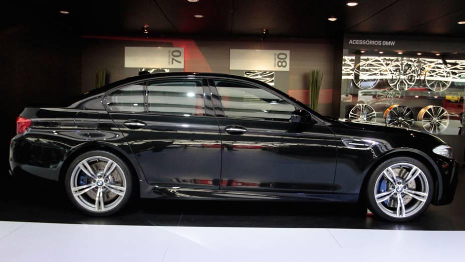 """O M5 chega à quinta geração e utiliza um motor V8 de alta rotação com tecnologia M Twin Power Turbo, gerando potência máxima de 560 cavalos   <a href=""""http://quatrorodas.abril.com.br/salao-do-automovel/2012/carros/m5-710905.shtml"""" rel=""""migration"""">Leia mais</a>"""