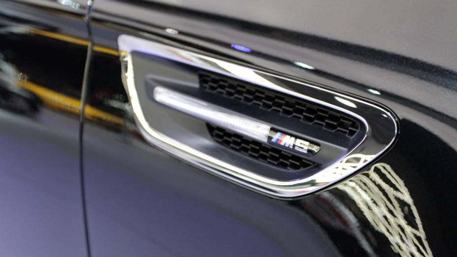 """O carro vai de 0 a 100 km/h em 4,4 segundos, alcançando os 200 km/h em 13 segundos   <a href=""""http://quatrorodas.abril.com.br/salao-do-automovel/2012/carros/m5-710905.shtml"""" rel=""""migration"""">Leia mais</a>"""
