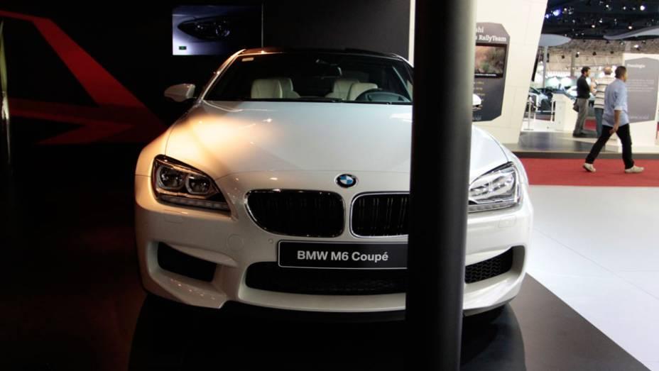 """O M6 vem com motor V8 com tecnologia M Twin Power Turbo e potência máxima de 560 cavalos, basicamente o mesmo utilizado pelo sedã M5   <a href=""""http://quatrorodas.abril.com.br/salao-do-automovel/2012/carros/m6-710910.shtml"""" rel=""""migration"""">Leia mais</a>"""