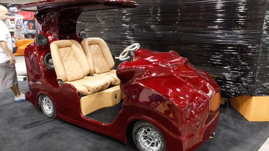 Este carrinho de golfe ganhou pintura especial, bancos de couro e perdeu a capota