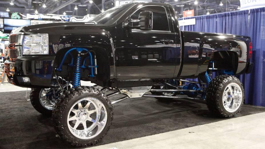 Suspensão elevada e rodas gigantes formam a receita mais usada nas picapes, como esta Chevrolet Silverado