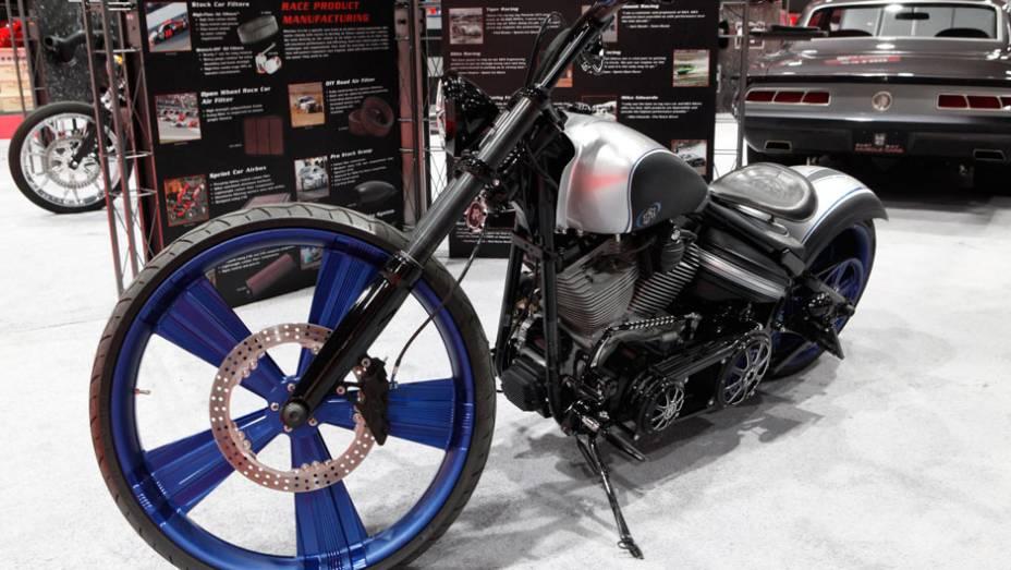 Esta moto chopper ganhou novas (e gigantes) rodas e pintura especial