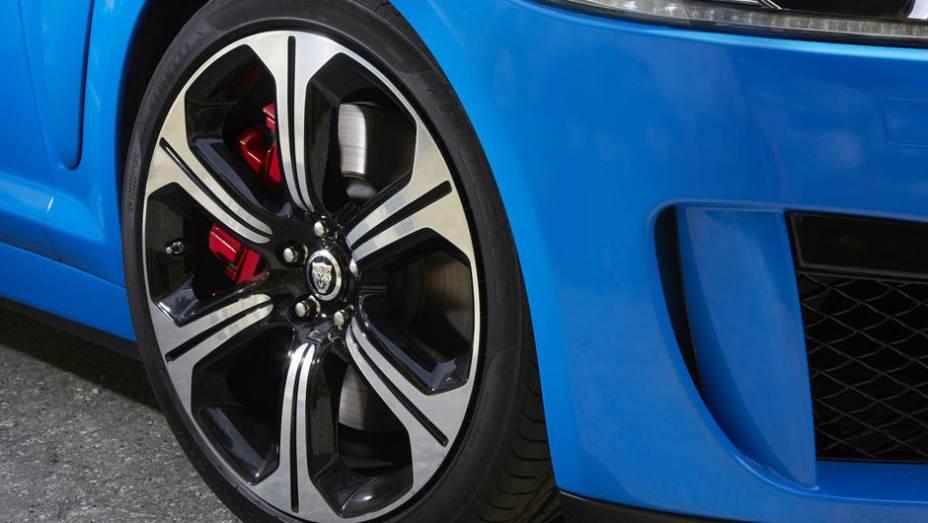 """Quanto aos freios, são utilizados discos ventilados nas quatro rodas   <a href=""""http://quatrorodas.abril.com.br/saloes/los-angeles/2012/jaguar-xfr-s-724591.shtml"""" rel=""""migration"""">Leia mais</a>"""