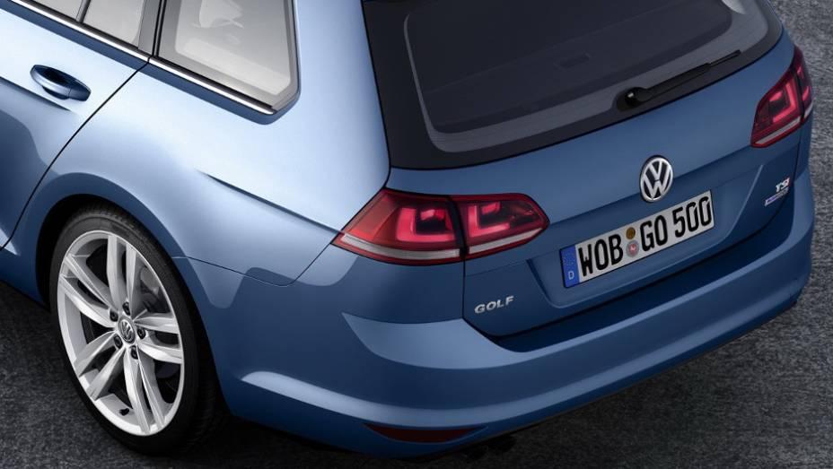 """Sem os disfarces, podemos ver o novo design das lanternas traseiras. <a href=""""http://quatrorodas.abril.com.br/saloes/genebra/2013/volkswagen-golf-variant-735101.shtml"""" rel=""""migration"""">Leia mais</a>"""