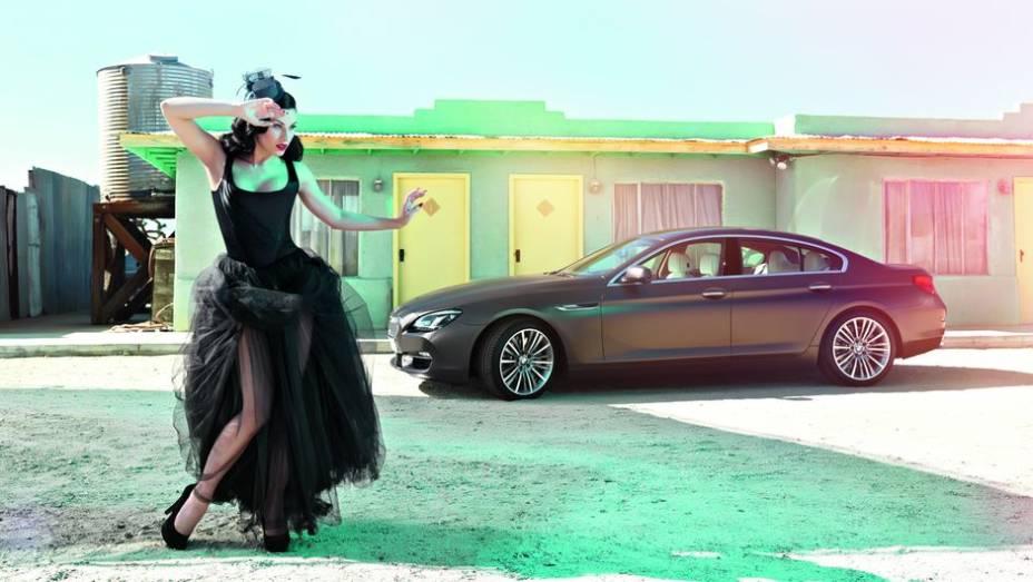 """Ao lado do carro, estão modelos no melhor estilo """"Burlesque""""   <a href=""""http://quatrorodas.abril.com.br/blogs/planeta-carro/2013/04/22/isso-e-pura-arte/"""" rel=""""migration"""">Leia mais</a>"""