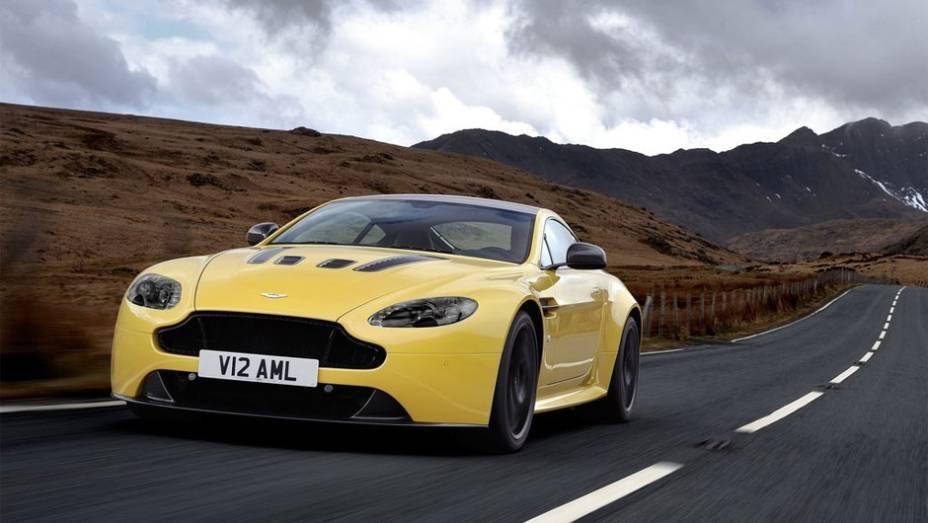 """Aston Martin revela V12 Vantage S   <a href=""""http://quatrorodas.abril.com.br/noticias/fabricantes/aston-martin-revela-v12-vantage-s-742642.shtml"""" rel=""""migration"""">Leia mais</a>"""