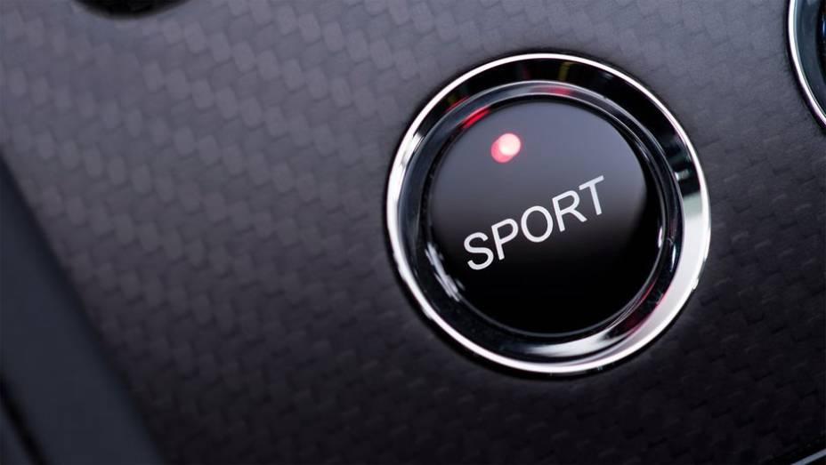 """Detalhe do botão do modo de direção Sport   <a href=""""http://quatrorodas.abril.com.br/noticias/fabricantes/aston-martin-revela-v12-vantage-s-742642.shtml"""" rel=""""migration"""">Leia mais</a>"""
