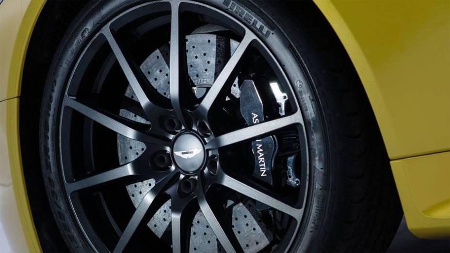 """Por fora, o coupé ganhou fibra de carbono na grade frontal e rodas de liga-leve escuras   <a href=""""http://quatrorodas.abril.com.br/noticias/fabricantes/aston-martin-revela-v12-vantage-s-742642.shtml"""" rel=""""migration"""">Leia mais</a>"""