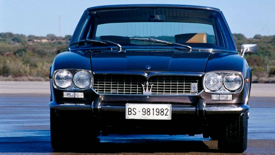 Maserati Mexico - Homenagem à vitória de Juan Manual Fangio no GP do México de 1957, o cupê de 1966 levava quatro pessoas, com acabamento de couro e madeira.