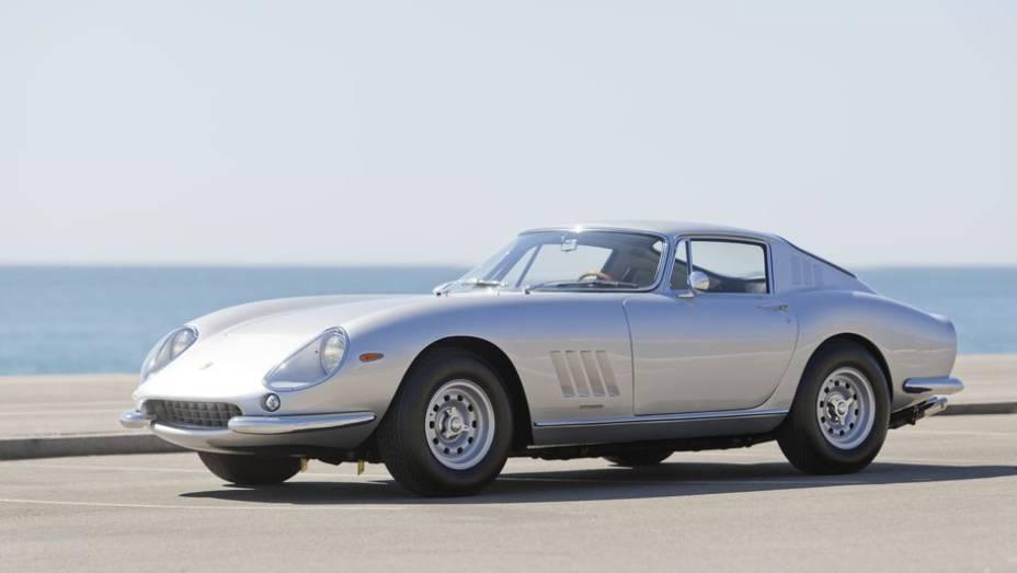 Ferrari 275 - Introdutora na Ferrari da suspensão independente nas quatro rodas, chegava a 268 km/h na versão GTB4 e, tão rápido quanto, foi ofuscada por seus irmãos.